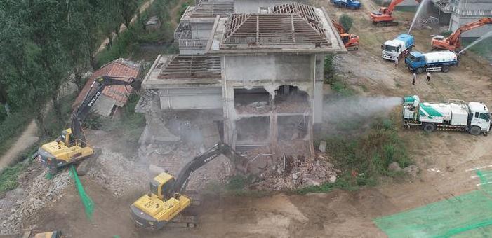 当日,西安市鄠邑区相关部门对辖区内3宗14栋违建别墅进行依法拆除。